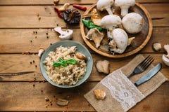Risoto com close-up dos cogumelos e do tomilho do porcini na placa fotos de stock royalty free