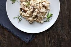 Risoto com cogumelos, ervas e queijo parmesão Fotografia de Stock Royalty Free