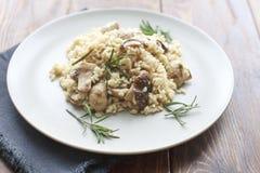Risoto com cogumelos, ervas e queijo parmesão Fotos de Stock