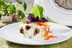 Risoto com cogumelos, trufas, manjericão azul, alface romana no restaurante imóvel do menu de Provence da vida Foto de Stock