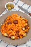 Risoto com tomates, azeitonas e chouriço Fotos de Stock
