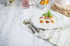 Risoto com tomates de cereja e vinho cor-de-rosa, espaço da cópia fotografia de stock