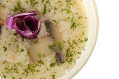 Risoto delicioso com cogumelos Bacia de arroz cozinhado foto de stock