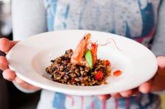 Risoto saudável do camarão com os tomates uma placa branca imagens de stock royalty free