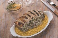 Risotto ρυζιού με τηγανισμένο το κάρρυ στήθος κοτόπουλου και μανιτάρια στην κρεμώδη σάλτσα Στοκ Φωτογραφίες