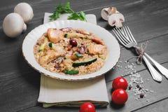Risotto avec de la viande et des champignons de poulet Photo libre de droits