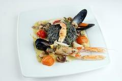 Risotto avec l'encre et les fruits de mer de seiches Image stock