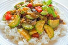 Risotto avec la courgette et le piment Nourriture végétarienne délicieuse Photos stock