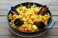 Risotto avec le safran des indes et les légumes Photos stock