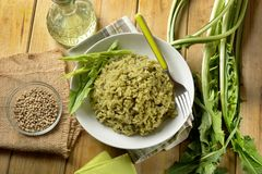 Risotto con la cicoria - ricetta italiana tradizionale - vegetariano r immagine stock