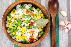 Risotto con las verduras, el maíz y los guisantes Imágenes de archivo libres de regalías