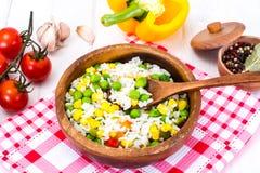 Risotto con las verduras, el maíz y los guisantes Fotos de archivo