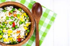 Risotto con las verduras, el maíz y los guisantes Imagenes de archivo