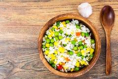 Risotto con las verduras, el maíz y los guisantes Imagen de archivo