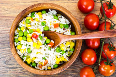 Risotto con las verduras, el maíz y los guisantes Fotografía de archivo