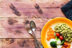 Risotto con le verdure, su fondo di legno Immagine Stock Libera da Diritti