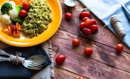 Risotto con le verdure, su fondo di legno Fotografie Stock