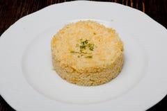 Risotto de blé d'un plat blanc photo libre de droits