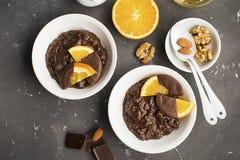 Risotto de gruau de riz au lait de chocolat avec des oranges en chocolat pour la vue supérieure de petit déjeuner Images stock
