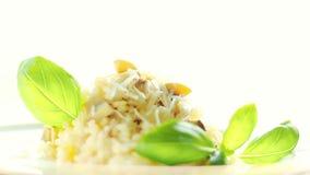 Risotto de la seta con el parmesano y la albahaca, receta clásica almacen de video