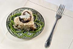 Risotto en forme de coeur avec des châtaignes, des champignons et le provolone Photo libre de droits