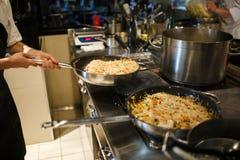 Risotto en una cacerola que es cocinada en un restaurante Fotografía de archivo libre de regalías