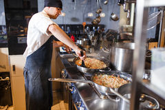 Risotto en una cacerola que es cocinada en un restaurante foto de archivo