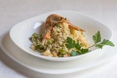Risotto italien avec les crevettes et l'asperge, décorées d'une évasion photo stock