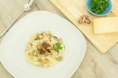 Risotto med champinjoner, parmesanost och persilja arkivfoton