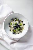 Risotto med mjölkar, den jerusalem kronärtskockan eller topinambur, torkade champinjoner Arkivbild