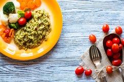Risotto met groenten, op houten achtergrond stock foto's