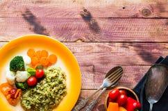Risotto met groenten, op houten achtergrond royalty-vrije stock foto's