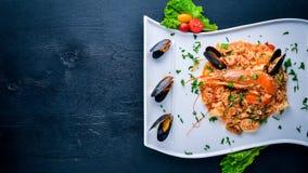 Risotto mit Meeresfrüchten und königlicher Garnele stockbild