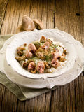 Risotto mit Pilz und Wurst Stockfotos