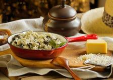Risotto mit wildem Pilz diente roter Wanne als traditionelles Itali stockfotos
