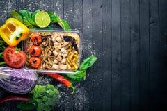 Risotto-Reis mit Fleisch und gegrilltem Gemüse Nahrung der gesunden Diät Mittagessen-Verpacken Stockfotos