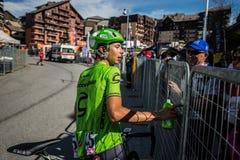 Risoul, France le 27 mai 2016 ; Davide Formolo, équipe de Cannondale, passages épuisés la ligne d'arrivée et rencontrent ses fans Images libres de droits