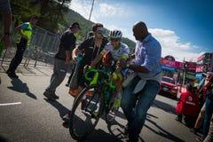 Risoul, Francia 27 de mayo de 2016; Esteban Chaves, equipo de Orica, agotado en la meta de Risoul Foto de archivo libre de regalías