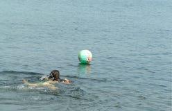 Risparmi del beach ball Immagine Stock