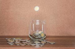 Risparmi i soldi e rappresenti attivit? bancarie il concetto di affari di finanza immagini stock libere da diritti