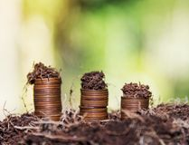 Risparmi i soldi e spieghi concetto di affari di finanza della crescita di attività bancarie immagini stock libere da diritti