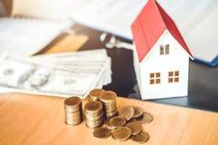 Risparmi i soldi per il concetto costato domestico della casa di assicurazione fotografia stock libera da diritti