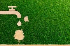 Risparmi in tensione dell'acqua di rubinetto della gocciolina di concetto di ecologia ed albero e farfalla fotografia stock