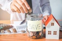 Risparmio, calcolatore di finanze che conta soldi per il concetto domestico Fotografia Stock Libera da Diritti
