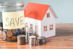Risparmio, calcolatore di finanze che conta soldi per il concetto domestico Fotografia Stock