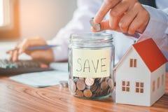 Risparmio, calcolatore di finanze che conta soldi per il concetto domestico Fotografie Stock