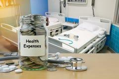 Risparmio dei soldi per le spese sanitarie fotografie stock libere da diritti