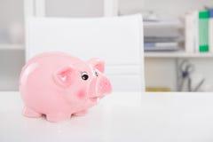 Risparmio del porcellino salvadanaio: Andato in vacanza - fondo per soldi o il sa Immagini Stock Libere da Diritti