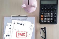 Risparmio della fattura di Bill Paid Payment At Office della fattura del lavoro dell'uomo del primo piano, fattura di finanze immagine stock