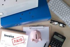 Risparmio della fattura di Bill Paid Payment At Office della fattura del lavoro dell'uomo del primo piano, fattura di finanze fotografia stock libera da diritti